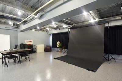 バック紙(幅2.7m)を使用した場合(スタンド+8色・垂らし無料/床付きの場合は1色2,000円) - studio akegure レンタル撮影スタジオの室内の写真