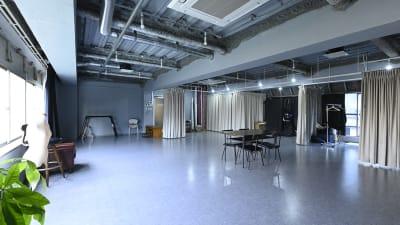 壁は全て薄いグレー(写真は昼間の自然光のみ)。 - studio akegure レンタル撮影スタジオの室内の写真
