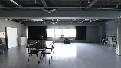 北側には大きな窓が広がり日中は常に自然光が入ります。川沿いなので遮るものがありません。 - studio akegure レンタル撮影スタジオの室内の写真
