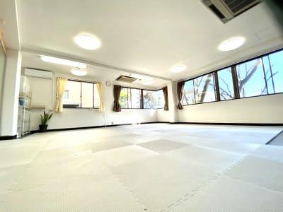 2面採光なので明るくしっかり換気出来るスペースです。 - スタジオ白猫屋 調布店 調布ダンススタジオの室内の写真