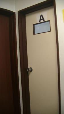 入口ドアに「A」と表示されています。左側に洗面所がございます。 - エルアイジー Room.Aの入口の写真