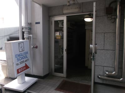 建物共用エントランスです。入口先にエレベーターがございます。 - エルアイジー Room.Aの外観の写真