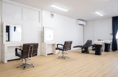 ヘアメイクスペースはシャンプー台まで完備してあり、まるでヘアサロン! - Studio THREE レンタルスタジオの設備の写真