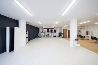 店内は広々、照明機材、ペーパーと充実の設備 - Studio THREE レンタルスタジオの室内の写真
