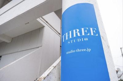 ブルーの看板が目印 - Studio THREE レンタルスタジオの入口の写真