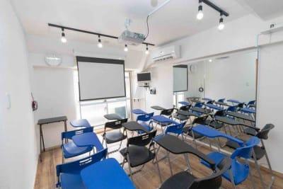 机が14個並びます - Nスタジオ博多 ジム&ダンススタジオの室内の写真