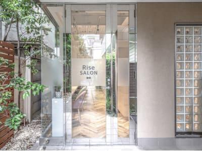 自然光がたくさんはいる明るい入口です♪ - 美容室レンタルスペース 美容室 レンタルスペースの入口の写真