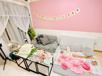 ピンクの壁紙・キラキラデコレーション無料♥ - パラム☁新大阪駅前  駅近/スーツケース置/コスプレの室内の写真
