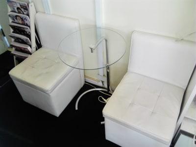待合スペース、雑誌もあります - 新宿44ビル内44サロングループ 個室1H500ネイルaimyの室内の写真