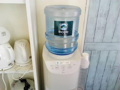 ウォーターサーバー飲み放題、お湯もでます - 新宿44ビル内44サロングループ 個室1H500ネイルaimyの室内の写真