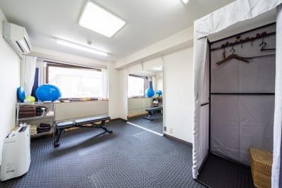 室内全体更衣室り ハンガー2個 パンツ、スカート専用ハンガー一個   - スタジオ アット レンタルジム・レンタルスペースの室内の写真