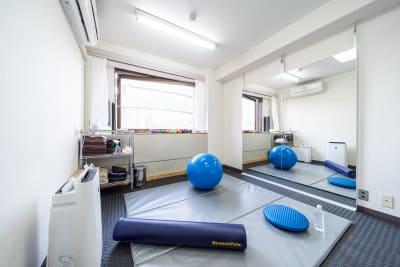 ストレッチマット・バランスボール・ストレッチポール・バランスディスク - スタジオ アット レンタルジム・レンタルスペースの室内の写真