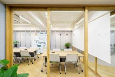 ミーティングやコワーキングスペースとしてご利用いただけます - オギャーズ御池 オープンスペースの室内の写真