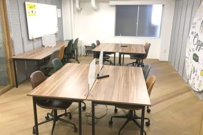 長机や椅子などご自由にお使いいただけます - オギャーズ御池 オープンスペースの室内の写真
