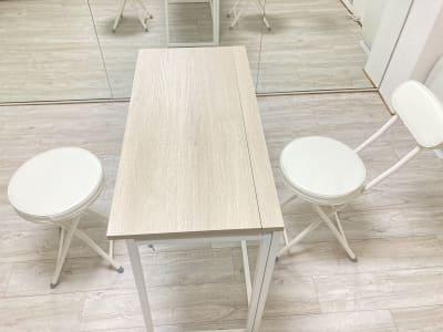折り畳み机1脚、椅子2脚 (バスルームに折りたたんで入れてあります) - 京橋レンタルスタジオLibre 京橋レンタルスタジオリブレの室内の写真
