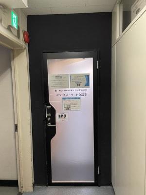電子錠付き扉があります - TIMESHARING渋谷宮益坂 テレワークブースB(小)の入口の写真