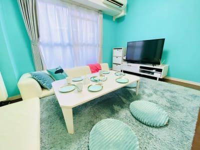 テレビも大きめなので、DVD鑑賞にもお薦めです! - パーティスペース ティアラ桜川 パーティルーム、多目的スペースの室内の写真