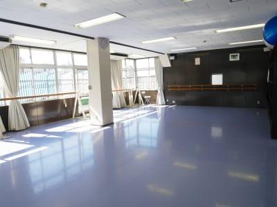 一面窓となっており、換気もしっかりしていただけます。 - Seraバレエ&ダンススタジオ バレエスタジオ、ダンススタジオの室内の写真