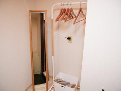 玄関には姿見とハンガーラック、スリッパ - naturoom 創成イースト 貸し会議室の室内の写真