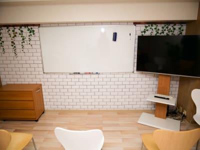 ホワイトボードとテレビ、ローチェストがあります。ローチェスト(タンス)には文房具やケーブルなどが収納してあります。 - naturoom 創成イースト 貸し会議室の室内の写真