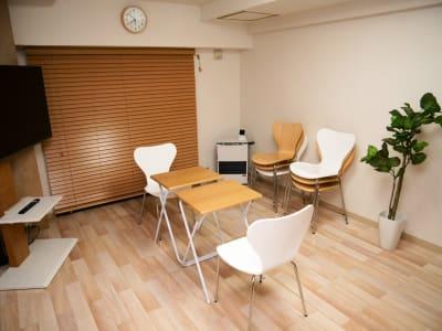 面接、商談、習い事などの配置 - naturoom 創成イースト 貸し会議室の室内の写真