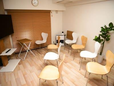 セミナー、ワークショップなどの配置 - naturoom 創成イースト 貸し会議室の室内の写真