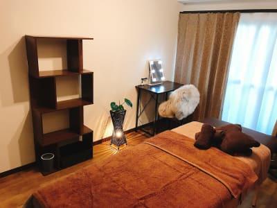 個室には施術ベッドの他にもカウンセリングしやすいテーブルセットや、棚、観葉植物付きの関節照明などもございます。 - Presh 個室(施術ベッド1台)の室内の写真