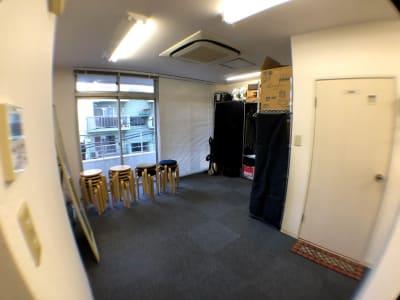 奥の物置は控室のようにもお使いいただけます - ロッポンギフラット レンタルスペースの室内の写真
