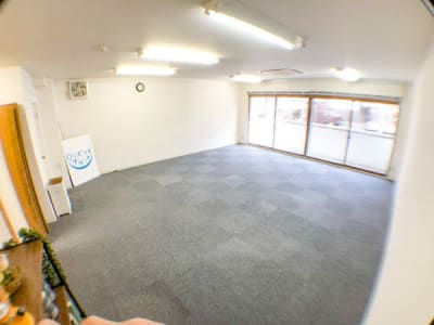 机といすを片付けると広々空間が現れます - ロッポンギフラット レンタルスペースの室内の写真