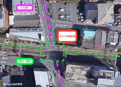 当スペースは、線路、踏切、道路に面しておりますため、 電車や大型車の通過、ならびに踏切の警報による音と振動がございます。 - Emi Cube武蔵関 レンタルスペースの室内の写真