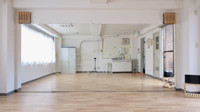 鏡は幅4.4m、高さ1.8mの大型鏡です。 - 大宮とらのスタジオの室内の写真