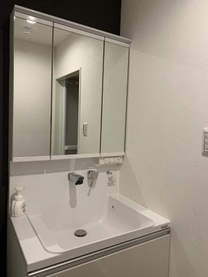 白で統一された洗面台 - アザミ難波ビル ホームパーティー、女子会、ママ会の室内の写真