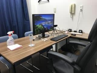利用者様のご要望にお応えして設備を追加していっております。スマホスタンド、3.6W外部スピーカ、三脚付きオートフォーカスWEBカメラ、モニタ出力用HDMIケーブル、有線接続用LANケーブル、6個口コンセント - 自習室天馬館別館 テレワーク対応個室3号室の室内の写真