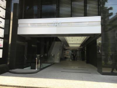 こちらからお入り頂き、エレベーターで3階にお上がり下さい。 - アユアランリンク名古屋店 応接室の外観の写真