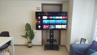 55型大型ネットTV 映画鑑賞・ライブ鑑賞 NetflixやYOUTUBEもご利用いただけます。 - sima sima西宝町 女子会・パーティールームの室内の写真