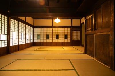 広間(縁側付き)の和室8畳+10畳です - 古民家asagoro 多目的スペースの室内の写真