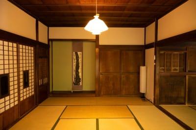 広間10帖の様子。襖で広間を仕切ることも可能です - 古民家asagoro 多目的スペースの室内の写真