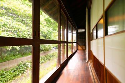 縁側の様子。ガラス付障子と木製枠のガラス戸 - 古民家asagoro 多目的スペースの室内の写真