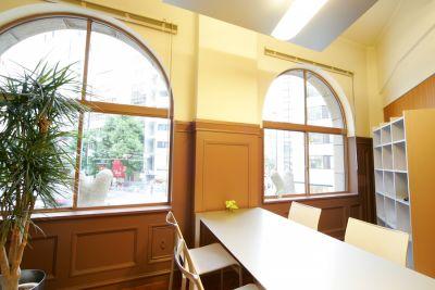 生駒ビルヂング 中会議室(4名用)の室内の写真