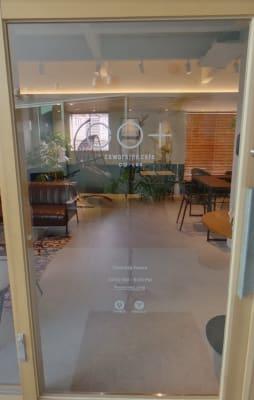 大きなガラス扉で開放的に - コプラス コワーキングカフェ イベントスペースの入口の写真