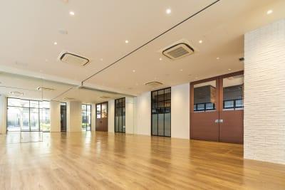 70.8㎡の開放的なスタジオ(スタジオ1+2) - Flatto日本橋 スタジオフルスペースの室内の写真
