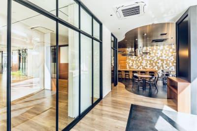入り口、受付付近 - Flatto日本橋 キッチン・ラウンジスペースの室内の写真