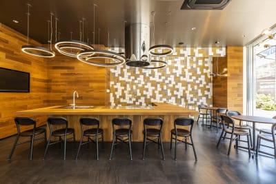 正面はキッチンスペース バーカウンターとしての利用も可能 - Flatto日本橋 キッチン・ラウンジスペースの室内の写真