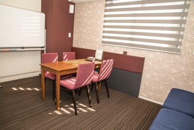 会議室内① - メルディアステイIWAGAMI 会議室、レンタルスペースの室内の写真
