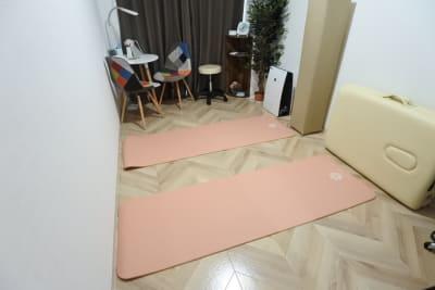 ヨガも可能です🧘♀️ - 福岡レンタルサロン バブ天神 完全個室のプライベートサロンの室内の写真