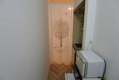 間仕切りカーテンがあります♪ - 福岡レンタルサロン バブ天神 完全個室のプライベートサロンの室内の写真