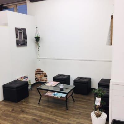 ヘアカラーガーデンズ五日市店 サロンスペースの室内の写真