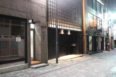 写真中央の黒塗りの建物です。 - 大人の隠れ家 貸切完全個室スペースCの外観の写真