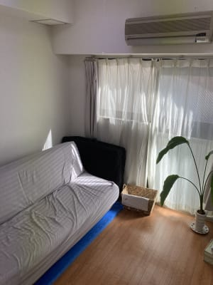 待合室兼更衣室、ソファでゆったりお待ちいただけます。 - シシーズプラクティス 電動治療用ベッドで楽々施術サロンの室内の写真