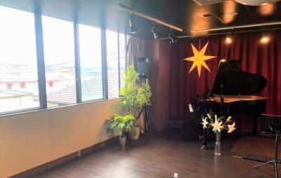 大きな窓があり、換気も徹底しております - フローラカルチャークラブ レンタルスペースの室内の写真